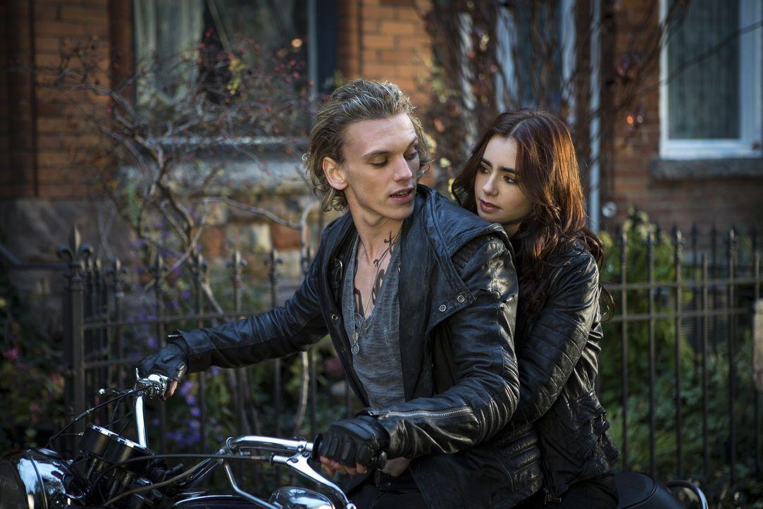 Als sie den gutaussehenden Jace (Jamie Campbell Bower, l.) kennenlernt, beginnt für Clary (Lily Collins, r.) eine Reise in ein New York, das einer P... - Bildquelle: 2013 Constantin Film Verleih GmbH.