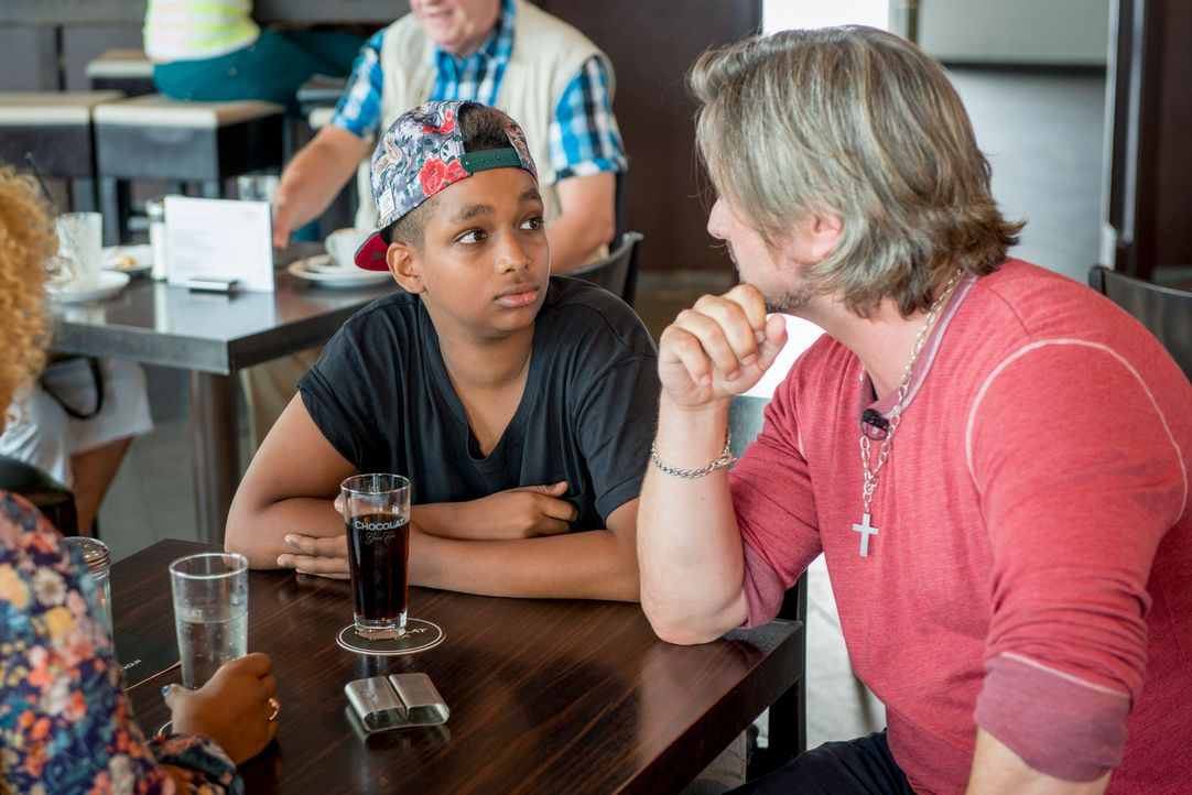 """Als """"The Voice Kids""""-Gewinner Danyiom (l.) Besuch von Henning Wehland (r.) bekommt, ahnt er noch nicht, was an dem Tag alles auf ihn zukommt ... - Bildquelle: Martin Rottenkolber SAT.1"""