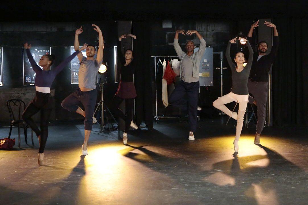 Bei den Ermittlungen im Ballett-Milieu stoßen Henry und Co. auf viel Unverständnis ... - Bildquelle: Warner Bros. Television
