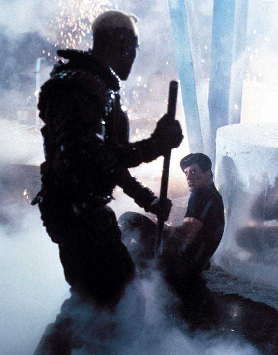 Nur einer kann überleben: Cop Spartan (Sylvester Stallone, r.) und Killer Phoenix (Wesley Snipes, l.) ... - Bildquelle: Warner Brothers International Television Distribution Inc.