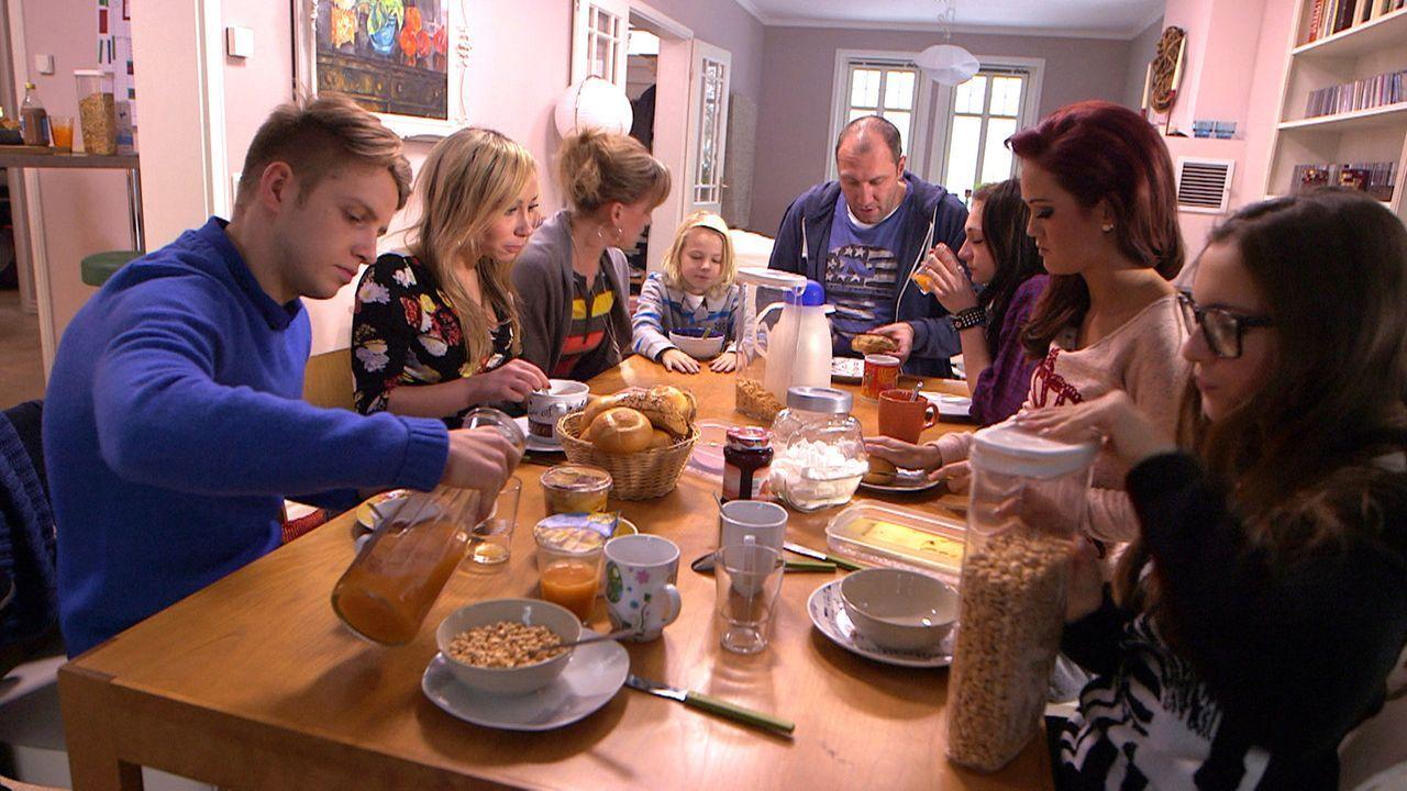 Ein ganz normales Frühstück: (v.l.n.r.) David, Louise, Christina, Fabian, Michael, Antonia, Michelle und Käthe ... - Bildquelle: SAT.1