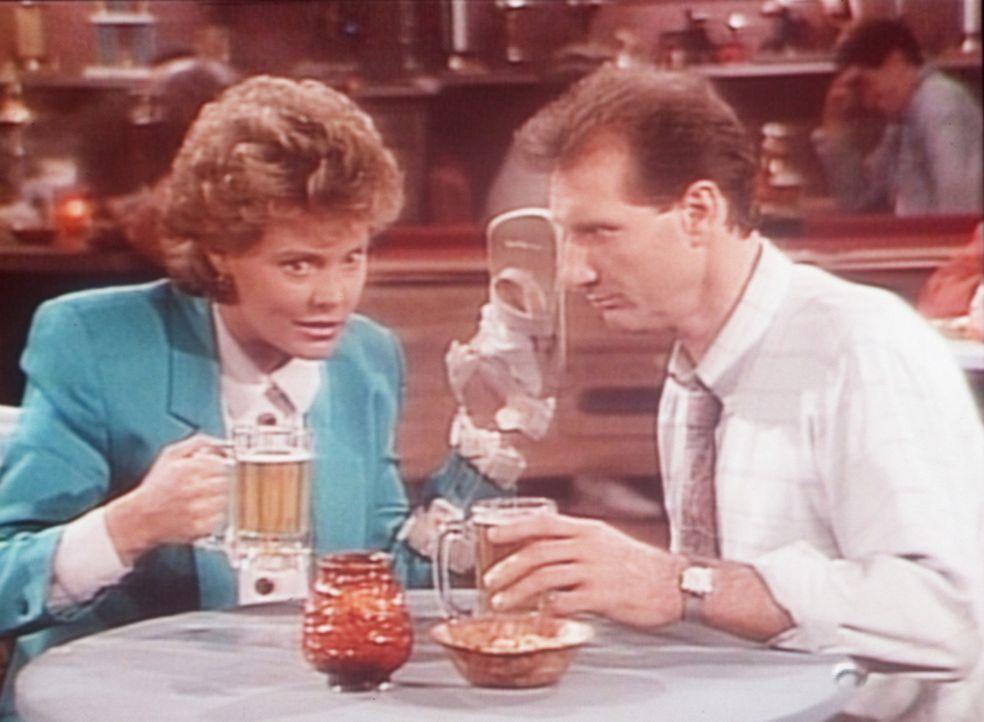 Marcy (Amanda Bearse, l.) und Al (Ed O'Neill, r.) gönnen sich bei einem gemeinsamen Kneipenbesuch ein paar Biere. - Bildquelle: Sony Pictures Television International. All Rights Reserved.