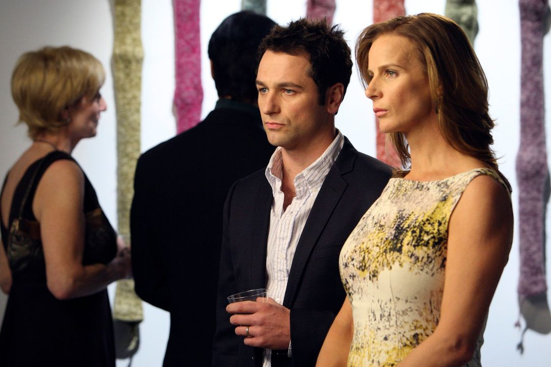 Sarah (Rachel Griffiths, r.) hofft auf einen guten Rat von Kevin (Matthew Rhys, l.), denn ihre Unsicherheit, ihre Beziehung zu Roy betreffend, belas... - Bildquelle: 2010 American Broadcasting Companies, Inc. All rights reserved.