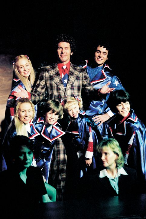 Beinahe über Nacht werden die Bradys zu Volkshelden: (hinten v.l.n.r.) Marcia (Autumn Reeser), Mike (Gary Cole), Greg (Chad Doreck), (vorne v.l.n.r.... - Bildquelle: TM &   2002 by Paramount Pictures. All Rights Reserved.