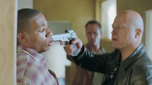 Detective Vic Mackey (Michael Chiklis, r.) untersucht einen brutalen Raubüber...