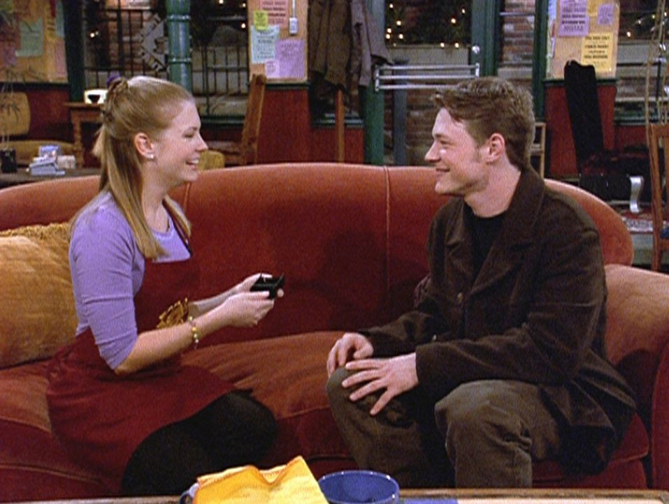 Harvey (Nate Richert, r.) entdeckt in Sabrinas (Melissa Joan Hart, l.) Spind jede Menge Hochzeitsmagazine und schließt daraus, dass Sabrina ihn bal... - Bildquelle: Paramount Pictures