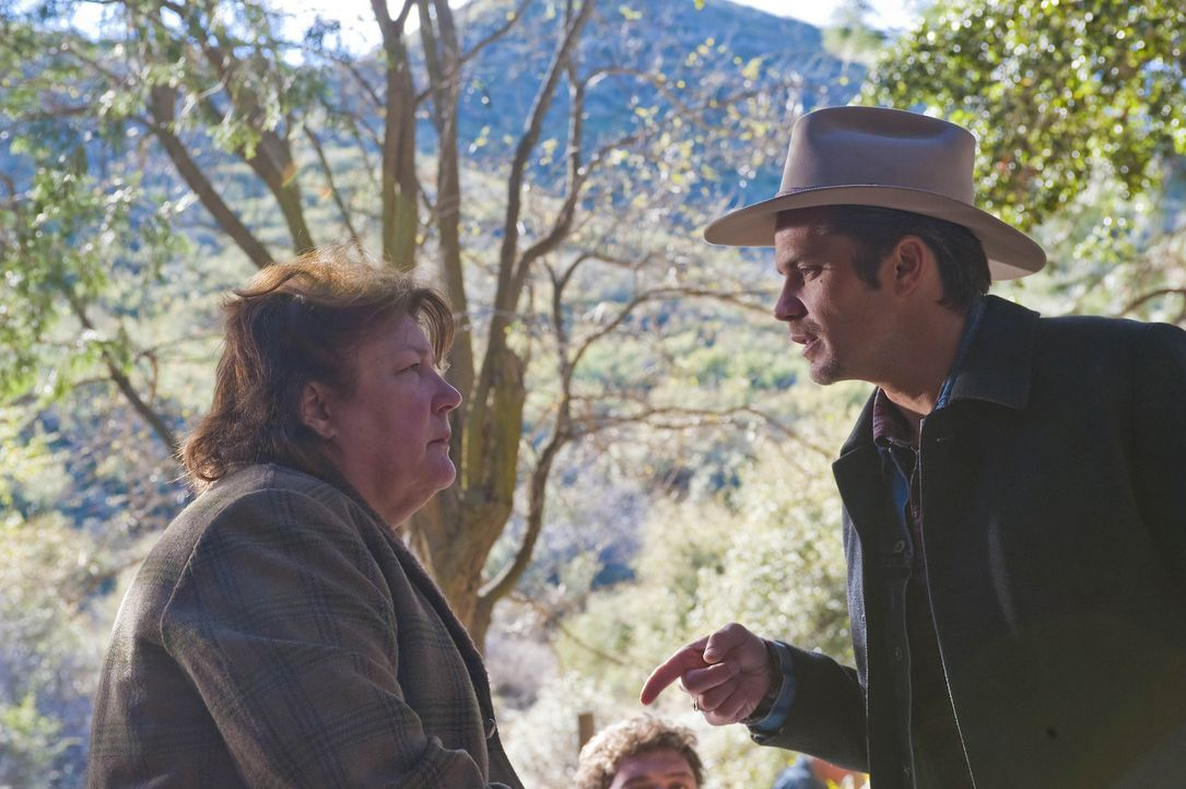Dass Mags Bennett (Margo Martindale, l.) mit Gras dealt ist Raylan Givens (Timothy Olyphant, r.) bekannt. Er warnt sie jedoch davor, seine Gutmütig... - Bildquelle: 2011 Sony Pictures Television Inc. and Bluebush Productions, LLC. All Rights Reserved.