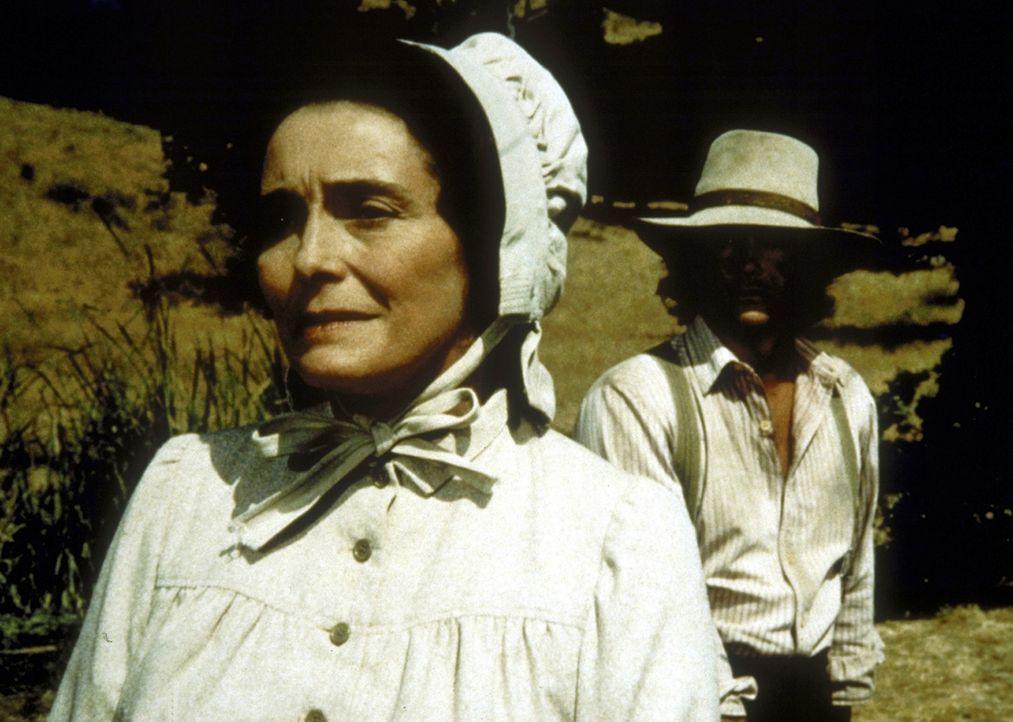 Charles (Michael Landon, r.) macht sich große Sorgen um Julia (Patricia Neal, l.). - Bildquelle: Worldvision