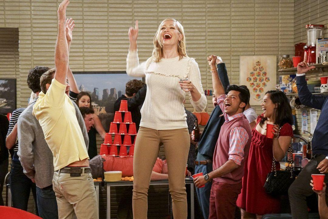 Lässt es auf einer College-Party richtig krachen: Caroline (Beth Behrs, M.) ... - Bildquelle: Warner Bros. Television