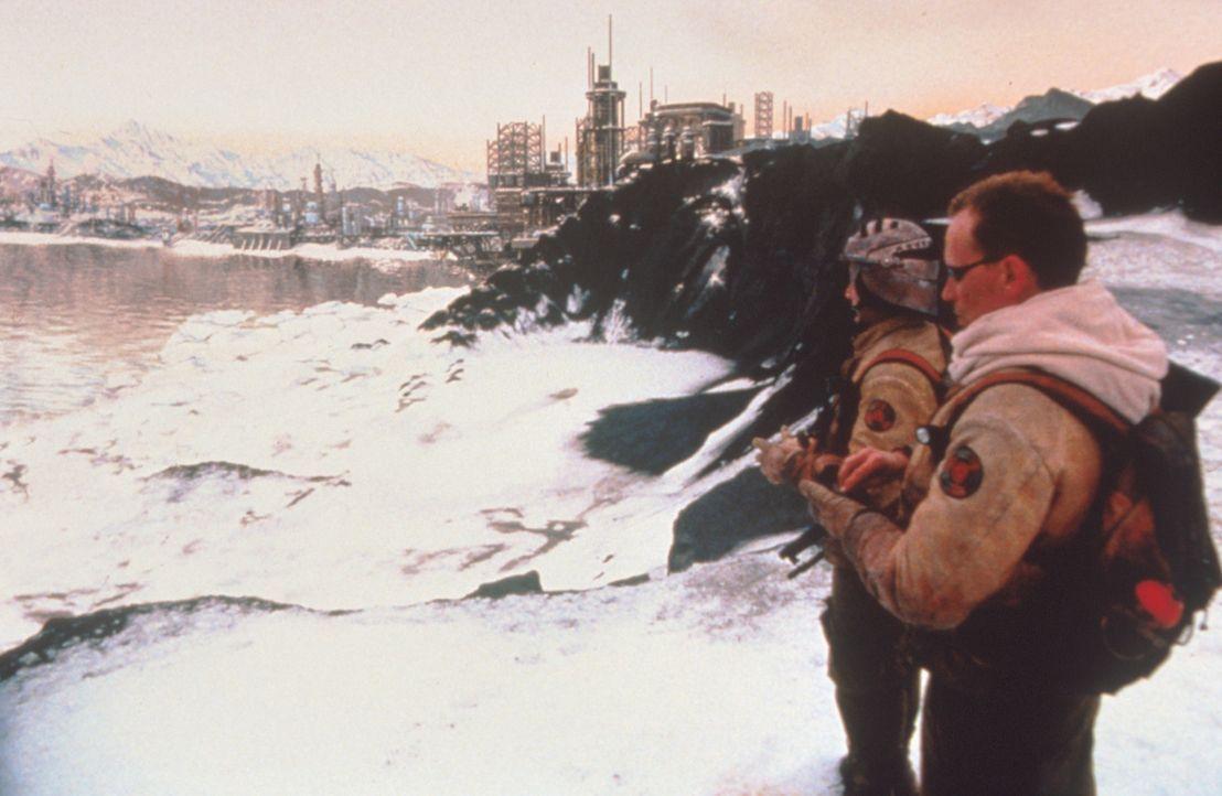 Ace (Andy Lauer, l.) und Colonel Hendricksson (Peter Weller, r.) auf dem gefährlichen Marsch zu den feindlichen Stellungen ... - Bildquelle: Columbia TriStar