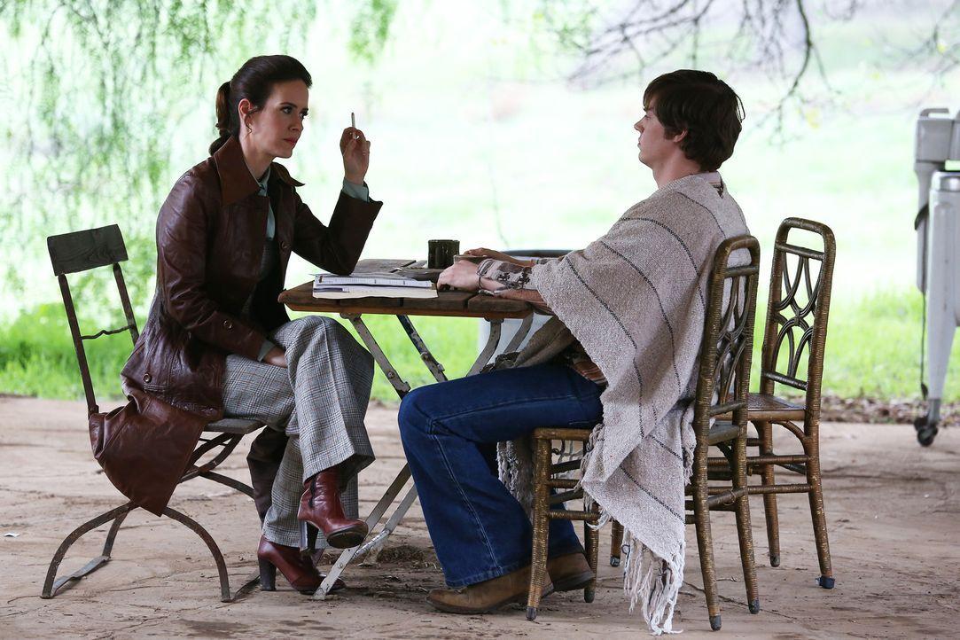 Kit (Evan Peters, r.) erzählt Lana (Sarah Paulson, l.) die wahre Geschichte über den Verbleib von Schwester Jude Martin ... - Bildquelle: 2012-2013 Twentieth Century Fox Film Corporation. All rights reserved.