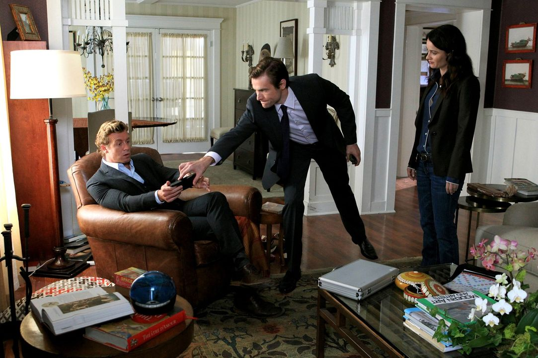 Isaac Goodwin (Neil Hopkins, M.) behauptet, dass sein Bruder und dessen Frau aus ihrem Haus entführt worden seien. Patrick (Simon Baker, l.) und Te... - Bildquelle: Warner Bros. Television