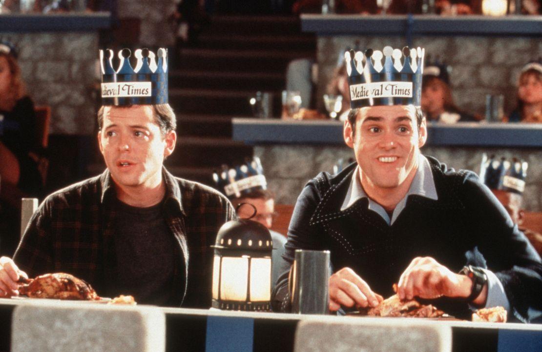 Zu allem Übel erwählt Chip (Jim Carrey, r.) Steven (Matthew Broderick, l.) zu seinem besten Freund. Nun muss der Erwählte Chips bizarre Vorstellung... - Bildquelle: Columbia TriStar