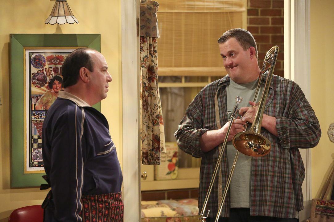 Als sich Joyce an der Uni zu einem Zeichenkurs einschreibt, sucht Vince (Louis Mustillo, l.) Rat bei Mike (Billy Gardell, r.), da er Angst hat, dass... - Bildquelle: Warner Brothers