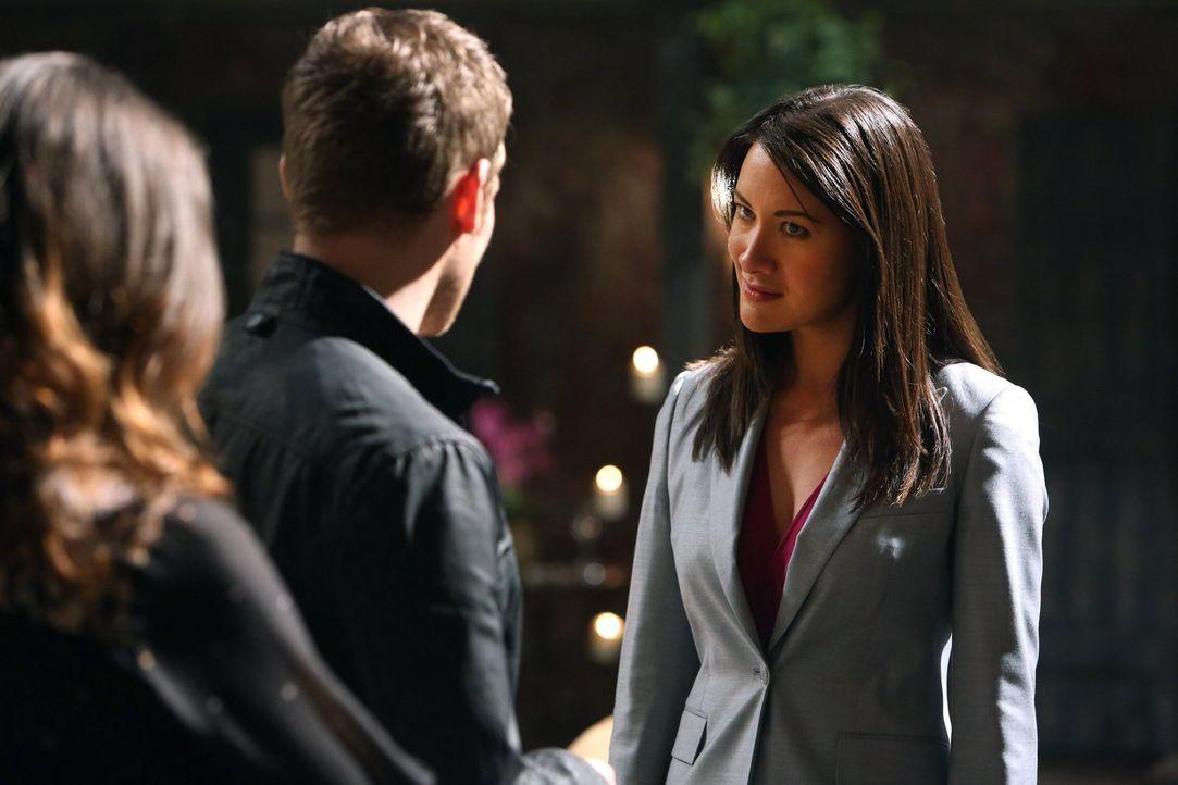 Francesca (Peta Sergeant, r.) gibt sich als Beschützerin der Menschheit aus und stellt sich Klaus (Joseph Morgan, l.) entgegen ... - Bildquelle: Warner Bros. Television