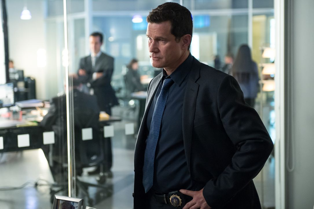 Als Carrie eine tödliche Dosis Gift von einem Auftragsmörder verabreicht bekommt, muss Al (Dylan Walsh) schnell handeln, um seine Kollegin zu retten... - Bildquelle: 2014 Broadcasting Inc. All Rights Reserved.