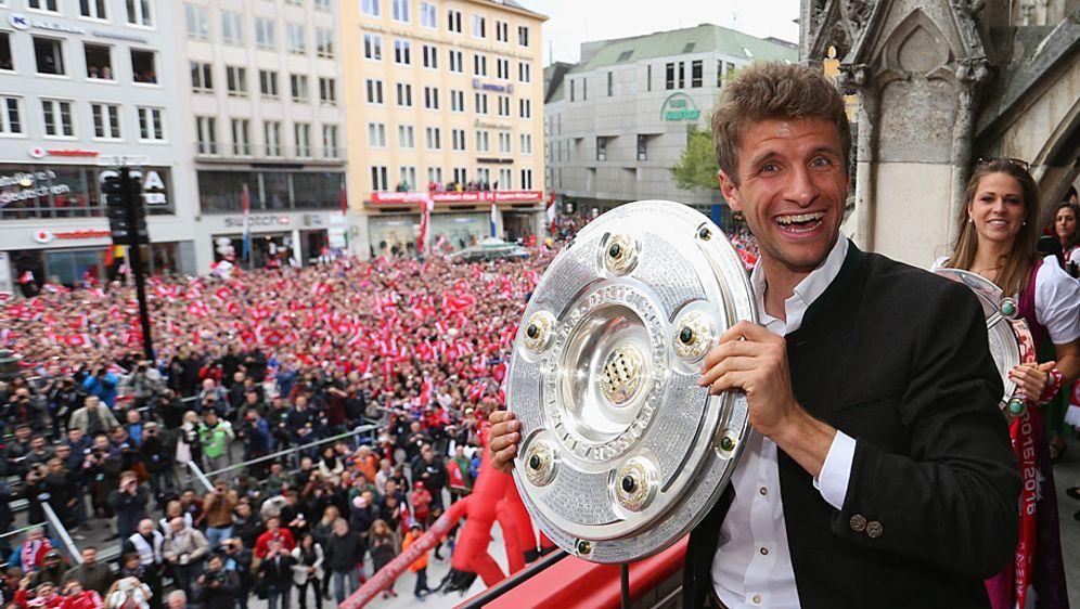 Gefangen! Thomas Müller hat die Meisterschale wieder sicher in den Händen. W... - Bildquelle: 2016 Getty Images