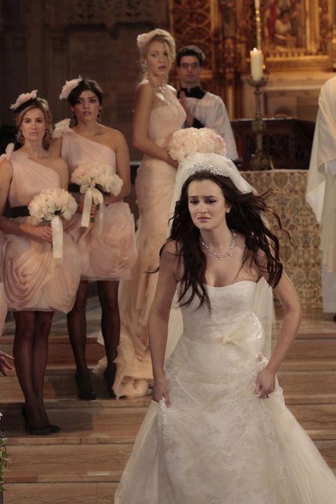 Die Hochzeit von Blair (Leighton Meester, vorne) und Prinz Louis verläuft anders als geplant ... - Bildquelle: Warner Bros. Television