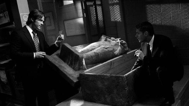 Sam (Jared Padalecki, l.) und Dean Winchester (Jensen Ackles, r.) untersuchen...