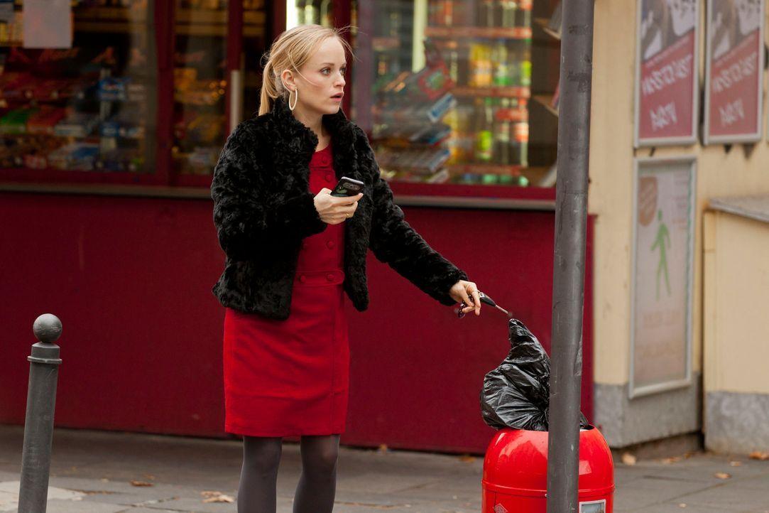 Kaum versucht Mimi (Friederike Kempter) das Lösegeld an dem vereinbarten Ort abzulegen, da erhält sie auch schon eine SMS des Erpressers, der darin... - Bildquelle: Martin Rottenkolber SAT.1
