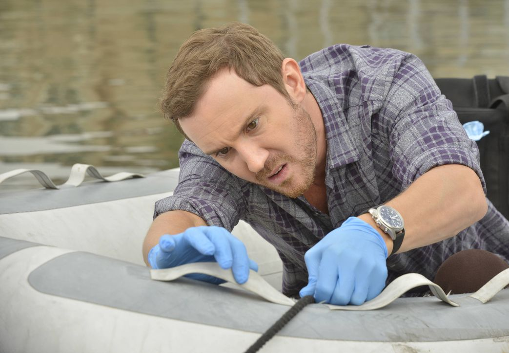 Auf wackligem Untergrund: Mitchie (Sam Huntington) muss im Mordfall an einem Taucher auf Spurensuche gehen ... - Bildquelle: 2016-2017 Fox and its related entities.  All rights reserved.
