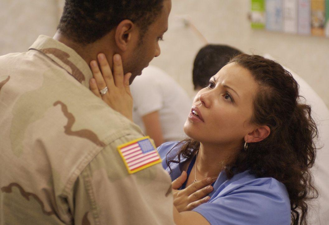Alma Ansen (Justina Machado, r.) fürchtet um das Leben ihres Mannes Curtis (David, Ramsey, l.), während sich die Vogelgrippe in rasendem Tempo wei... - Bildquelle: Sony 2007 CPT Holdings, Inc.  All Rights Reserved.