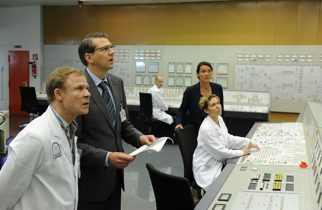 Der Ernstfall tritt ein: Ein Nuklearunfall im Kernkraftwerk Oldenbüttel! Während der Direktor des Kernkraftwerkes Oldenbüttel, Ludger Wessel (Kai Wi... - Bildquelle: Oliver Roth SAT.1