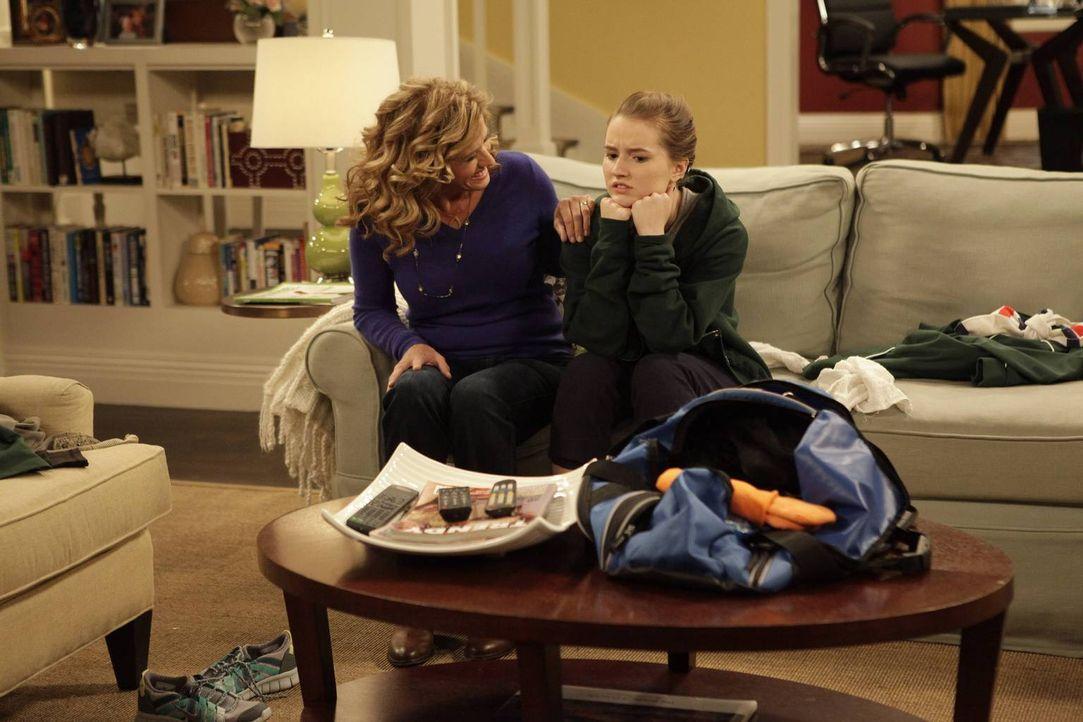 """Vanessa (Nancy Travis, l.) wäscht versehentlich Eves (Kaitlyn Dever, r.) """"Glückssocken"""" was zu Problemen zwischen ihnen führt ... - Bildquelle: 2014-2015 American Broadcasting Companies.  All rights reserved."""