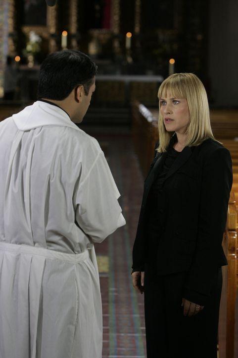 In der Predigt von Pater Santiago (David Barrera, l.) hat Allison (Patricia Arquette, r.) einen Hinweis für den Grund ihrer Visionen herausgehört. - Bildquelle: Paramount Network Television