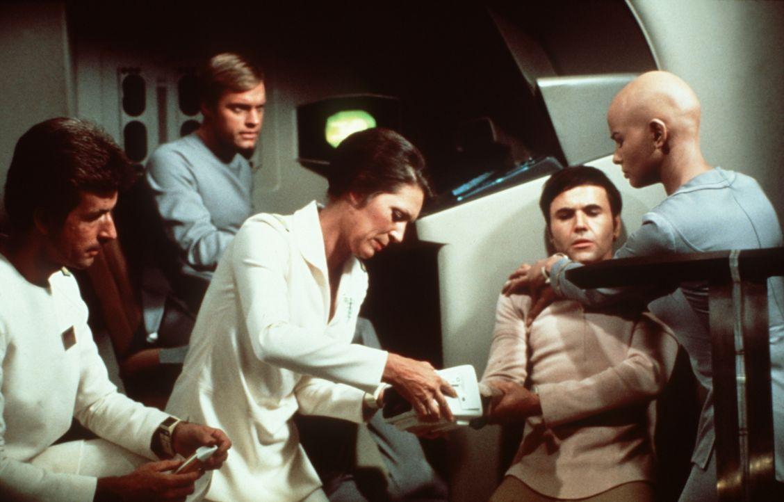 Cmdr. Chekov (Walter Koenig, 2.v.r.) wird beim Angriff verletzt. Dr. Christine Chapel (Majel Barrett, M.) und Ilia (Persis Khambatta, r.) kümmern si... - Bildquelle: Paramount Pictures