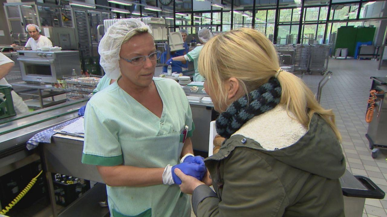 Julia Leischik (r.) überrascht Tanja (l.), die ihre Schwester Helene sucht ... - Bildquelle: SAT.1