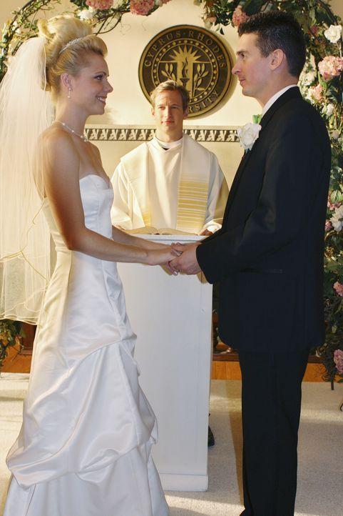 Kiki (Collette Wolfe, l.), ein ehemaliges Zeta Beta-Mitglied, kommt zurück zu CRU, um mit ihren Schwestern ihre Hochzeit zu feiern ... - Bildquelle: 2009 DISNEY ENTERPRISES, INC. All rights reserved. NO ARCHIVING. NO RESALE.