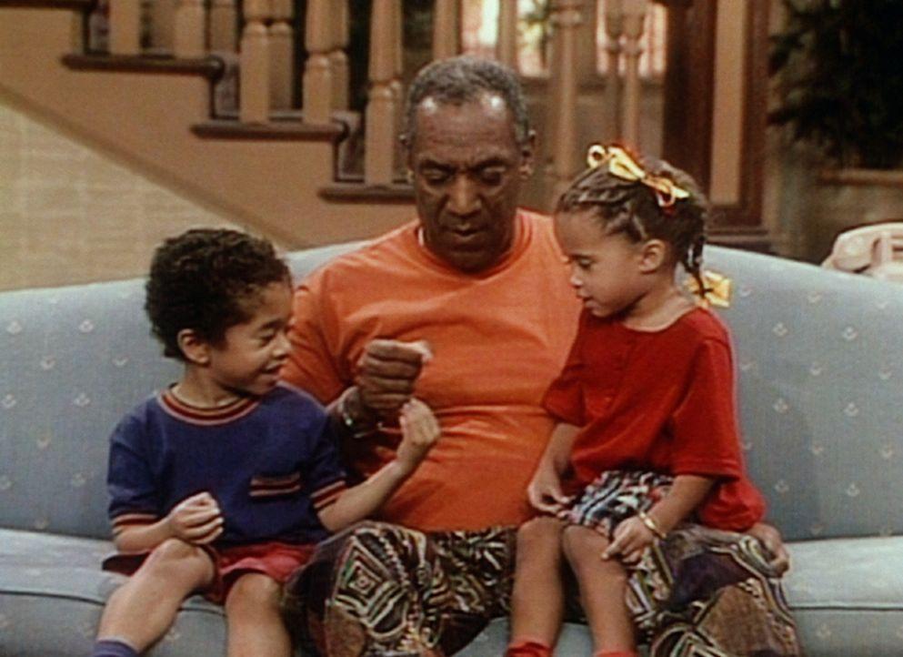 Cliff (Bill Cosby, M.) spielt mit seinen Enkeln Winnie (Jessica Vaughn, r.) und Nelson (Gary Gray, l.). - Bildquelle: Viacom