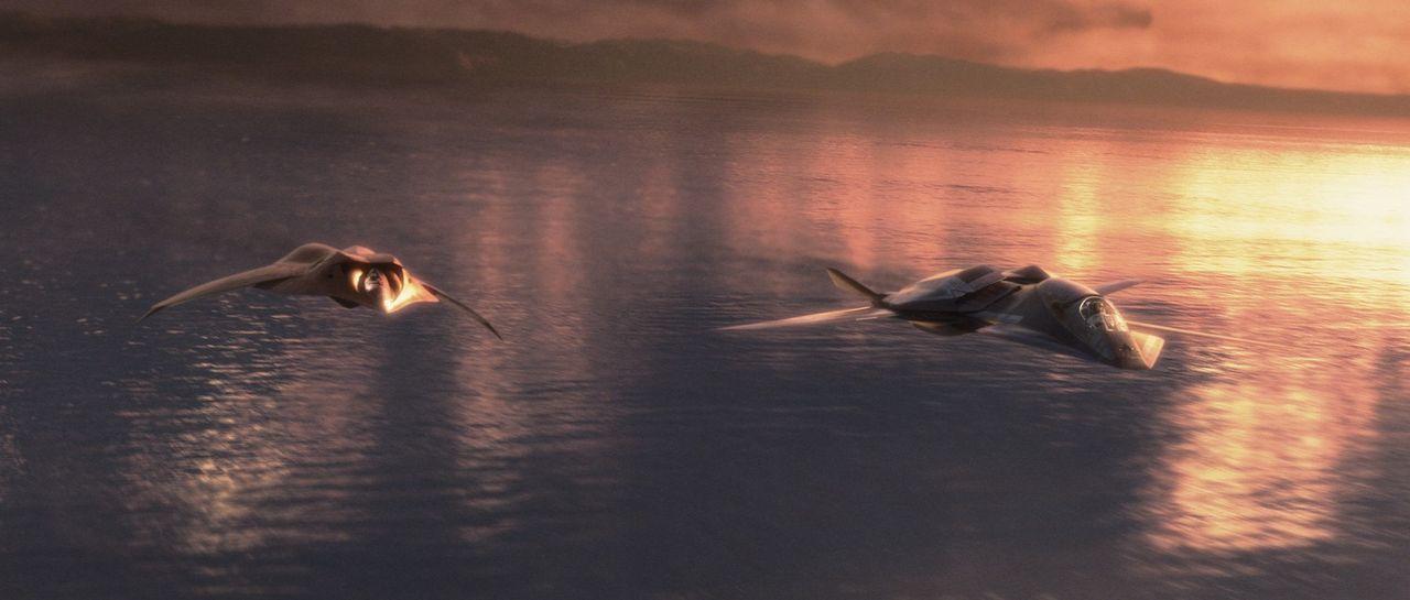 """In den ersten Flügen läuft alles wunderbar. Doch dann wird der unbemannte Stealth-Überschallbomber """"EDI"""" von einem Blitz getroffen, und entwickelt e... - Bildquelle: 2005 Columbia Pictures Industries, Inc. All Rights Reserved."""