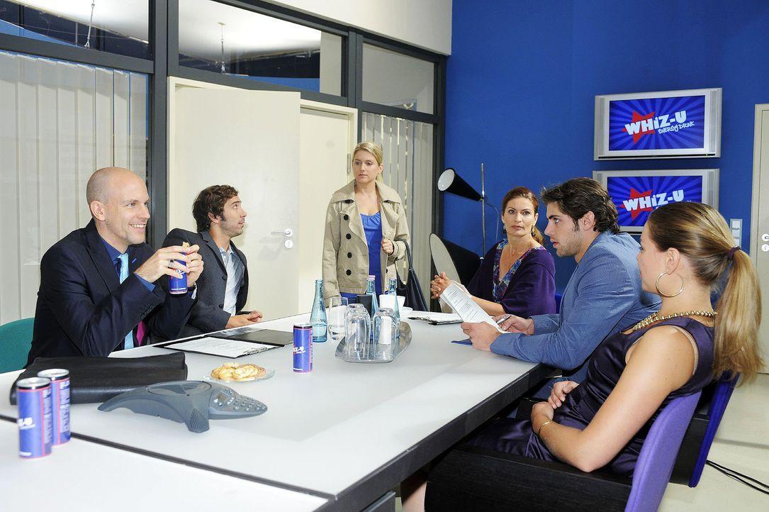 Als Gerrit ganz dreist ihre Idee dem Kunden vorstellt, sprengt Anna die Vertragsverhandlungen ... v.l.n.r.: Gerrit (Lars Löllmann), Gabriel Hollän... - Bildquelle: Sat.1
