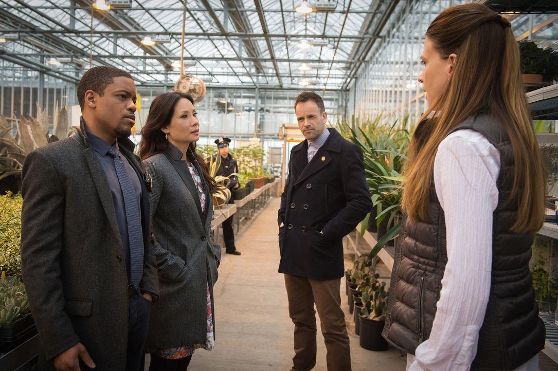 Bei ihren Ermittlungen zum Tod eines Mitglieds aus Holmes Imker Community, treffen Holmes (Jonny Lee Miller, 2.v.r.), Watson (Lucy Liu, 2.v.l.) und... - Bildquelle: CBS Television