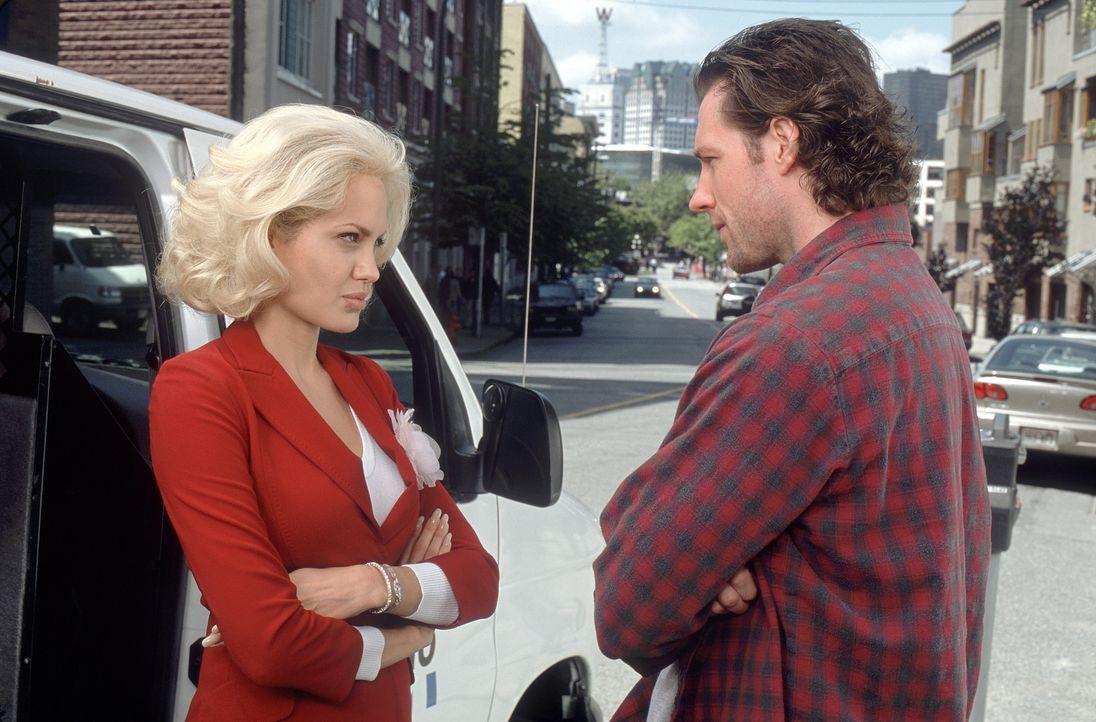 Eines Tages eröffnet ihr Boss ihr, dass sie befördert wird. Zur Vorbereitung soll TV-Reporterin Lainie (Angelina Jolie, l.) ausgerechnet mit ihrem I... - Bildquelle: MONARCHY ENTERPRISES S.A.R.I. AND REGENCY ENTERTAINMENT (USA), INC.