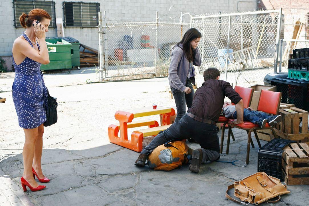 Der zweijährige Sohn von Danielle (Lucy Hale, 2.v.l.), einer Obdachlosen, ist schwer krank. Cooper (Paul Adelstein, 2.v.r.) und Addison (Kate Walsh,... - Bildquelle: ABC Studios