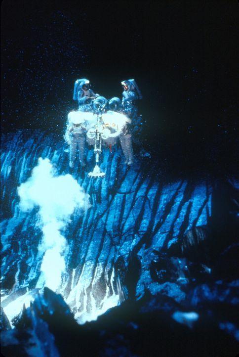 Verzweifelt versucht die amerikanisch-russische Crew, mittels Atomraketen den Kometen aus der verheerenden Bahn zu werfen. Doch die Mission missling... - Bildquelle: TM+  1998 DreamWorks L.L.C. and Paramount Pictures All Rights Reserved