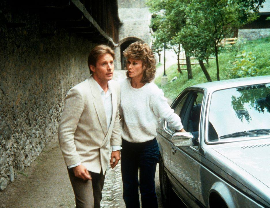 """Am Fuß des """"Geisterschlosses"""": Lee (Bruce Boxleitner, l.) und Amanda (Kate Jackson) bei ihren Ermittlungen. - Bildquelle: CBS Television"""