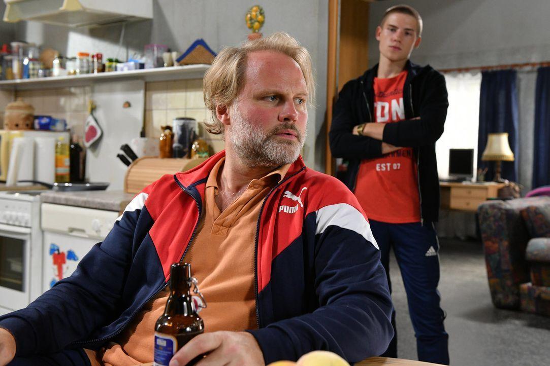 Können sich Mike (Mirco Reseg, l.) und Basti (Lennart Borchert, r.) mit Jenni versöhnen? - Bildquelle: Claudius Pflug SAT.1/Claudius Pflug