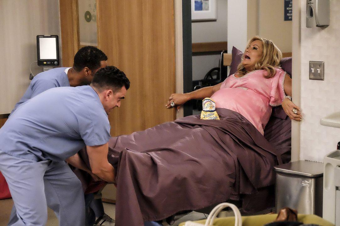 Im Krankenhaus warten einige böse Überraschungen auf die werdende Mutter Sophie (Jennifer Coolidge, r.) ... - Bildquelle: Warner Bros. Television