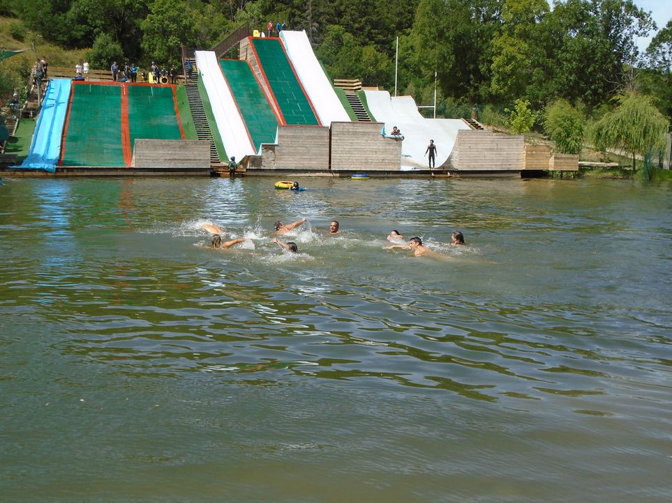 Hierher kommen viele, die mal durch die Luft fliegen wollen: der Drop-in Cerdanya Water Jump Park in Err, Frankreich, hat für jeden Geschmack etwas... - Bildquelle: 2016,The Travel Channel, L.L.C. All Rights Reserved.