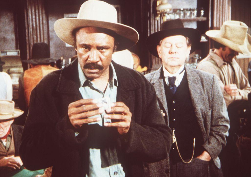 Sam (J.H. Preston, l.) hat wieder die Spielleidenschaft gepackt. Er verspielt das Geld, das er zuvor von Mr. Hicks (William Phipps, M.) für eine Li... - Bildquelle: Worldvision