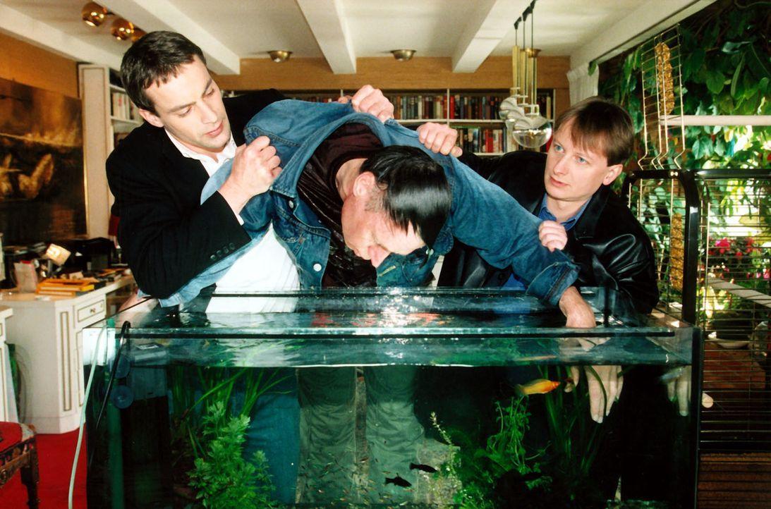 Kommissar Brandtner (Gedeon Burkhard, l.) und Böck (Heinz Weixelbraun, r.) finden eine zweite Leiche ... - Bildquelle: Ali Schafler Sat.1