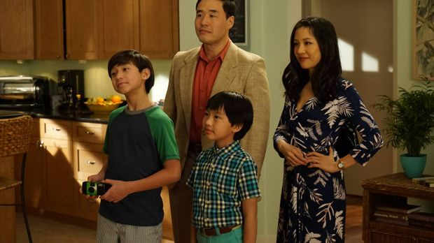 Mitch und Honey möchten Louis (Randall Park, 2.v..) und Jessica (Constance Wu...