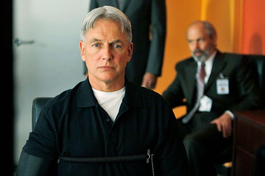 Als Petty Officer Scott Roebuck am Strand von Maryland  erschossen aufgefunden wurde. werden Gibbs (Mark Harmon, vorne) und seine Kollegen mit dem M... - Bildquelle: Cliff Lipson CBS Television