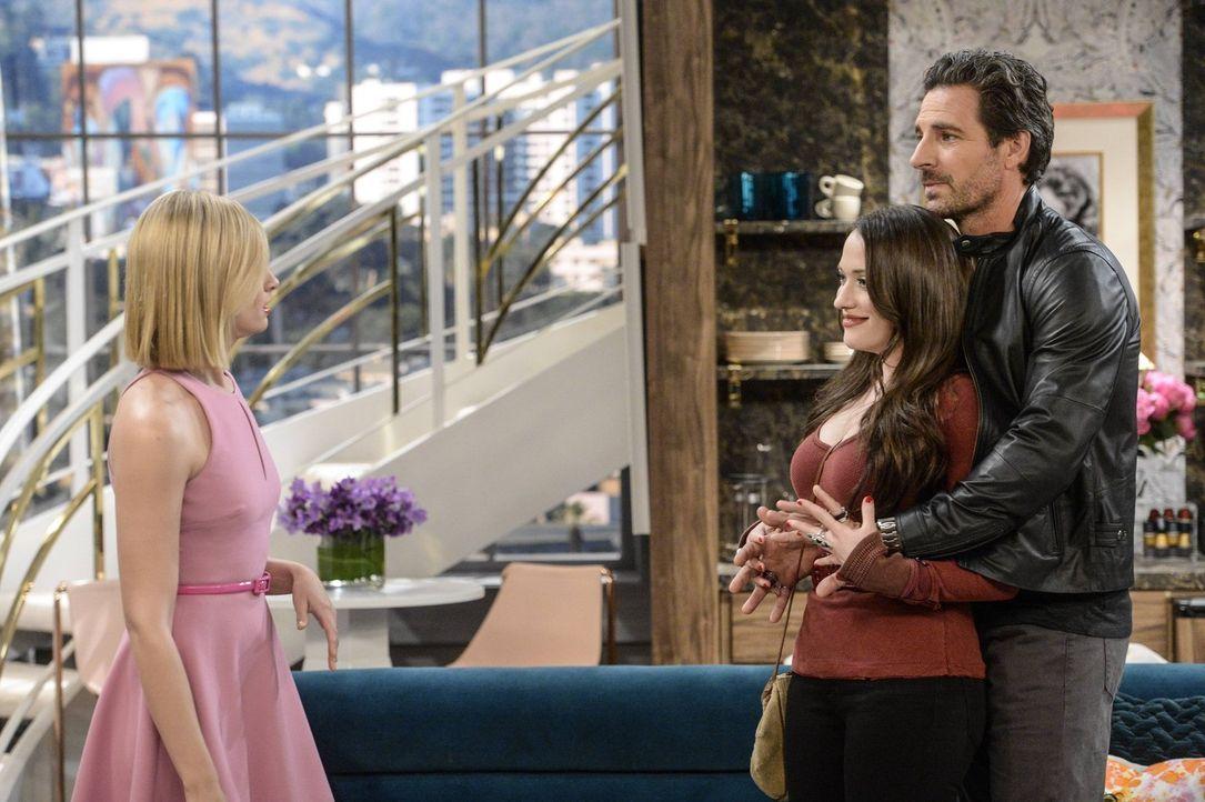 Max (Kat Dennings, M.) wird von Randy (Ed Quinn, r.), ihrem neuen Hollywood-Lover verwöhnt, während Caroline (Beth Behrs, l.) eine Entscheidung bezü... - Bildquelle: 2016 Warner Brothers