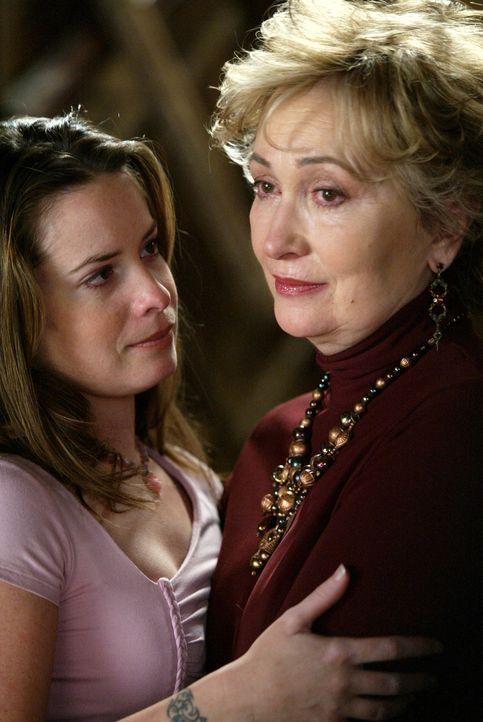Machen sich Sorgen: Penny 'Grams' Halliwell (Jennifer Rhodes, r.) und Piper (Holly Marie Combs, l.) ... - Bildquelle: Paramount Pictures
