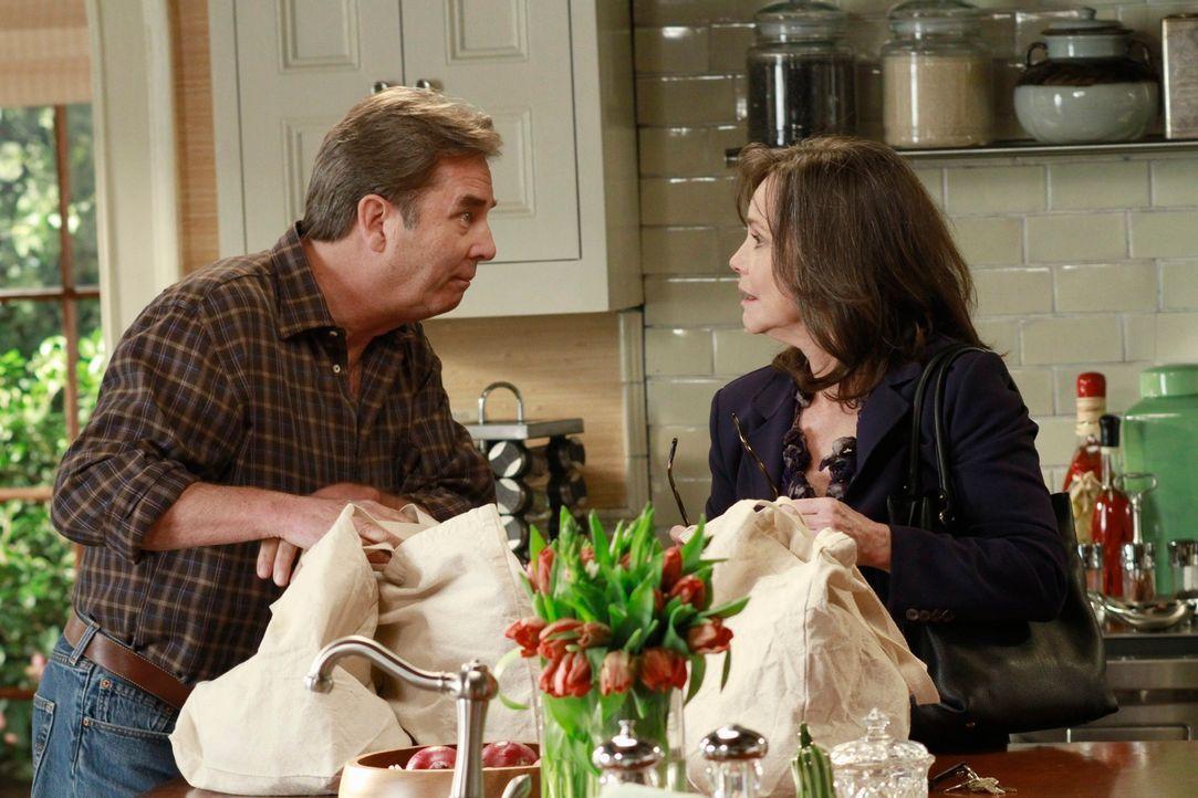 Als Brody (Beau Bridges, l.) urplötzlich bei Nora (Sally Field, r.) vor der Tür steht, bringt er die Gefühlswelt aller durcheinander ... - Bildquelle: 2011 American Broadcasting Companies, Inc. All rights reserved.